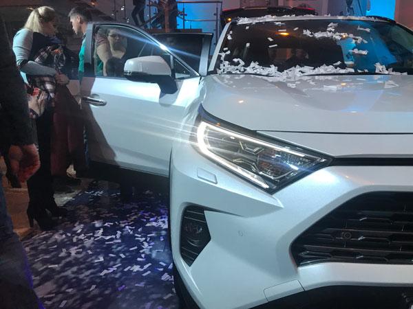 Хищный взгляд новой Toyota Rav4